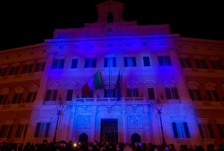 La facciata esterna di Palazzo Montecitorio tinta di blu in occasione della VII Giornata Mondiale per la consapevolezza dell'Autismo, Roma, 1 aprile 2014. ANSA/CLAUDIO PERI