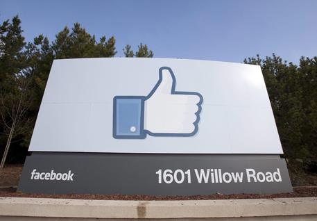 epa05130277 (FILE) A file picture dated 31 January 2012, shows a view of Facebook's corporate headquarters in Menlo Park, California, USA. Smartphone advertising fueled record earnings on 27 January 2016 for Facebook, as the company reported more than 1 billion US dollar in quarterly income for the first time - more than double the year before. Facebook netted 1.56 billion US dollar for 2015's fourth quarter, up 125 percent from 701 million for the same period in 2014. Revenues rose 52 percent year-on-year to 5.84 billion US dollar. The world's largest internet social network reported 3.69 billion US dollar in net income for the full year, up from 2.94 billion for 2014. Advertising accounts for nearly all of Facebook's revenue, and 80 percent of ad revenue came from adverts on Facebook's mobile sites. As of the end of 2015, Facebook had 1.59 billion active users worldwide, the company said, an increase of 40 million over the previous quarter. More than nine out of 10 users accessed Facebook via smartphones and tablets. Facebook has recently made changes to the way ads appear - between posts on user feeds, rather than to the side - to a noticeable spike in sales.  EPA/PETER DaSILVA
